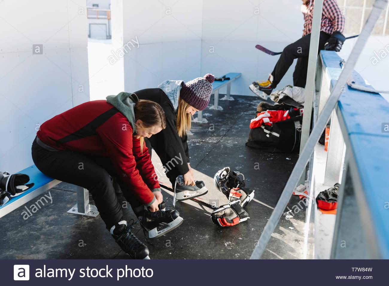 Lier les femmes des patins à glace, préparation pour le hockey sur glace en plein air Photo Stock