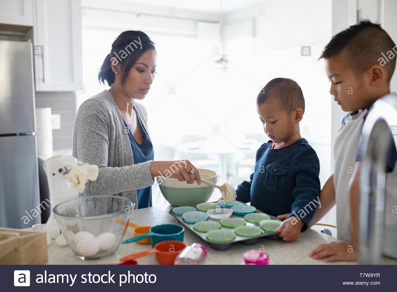 Mère et fils dans la cuisine cupcakes pâtisserie Photo Stock