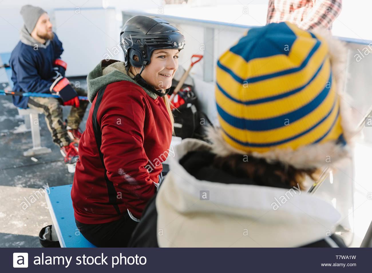 Smiling woman prépare à jouer de hockey sur glace en plein air Photo Stock
