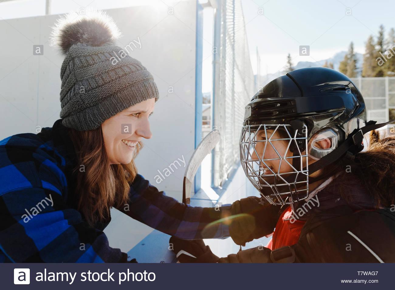 Mère et fille jouer de hockey sur glace en plein air Photo Stock