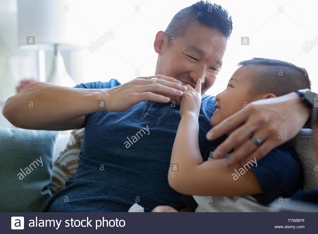 Père et fils ludique Photo Stock