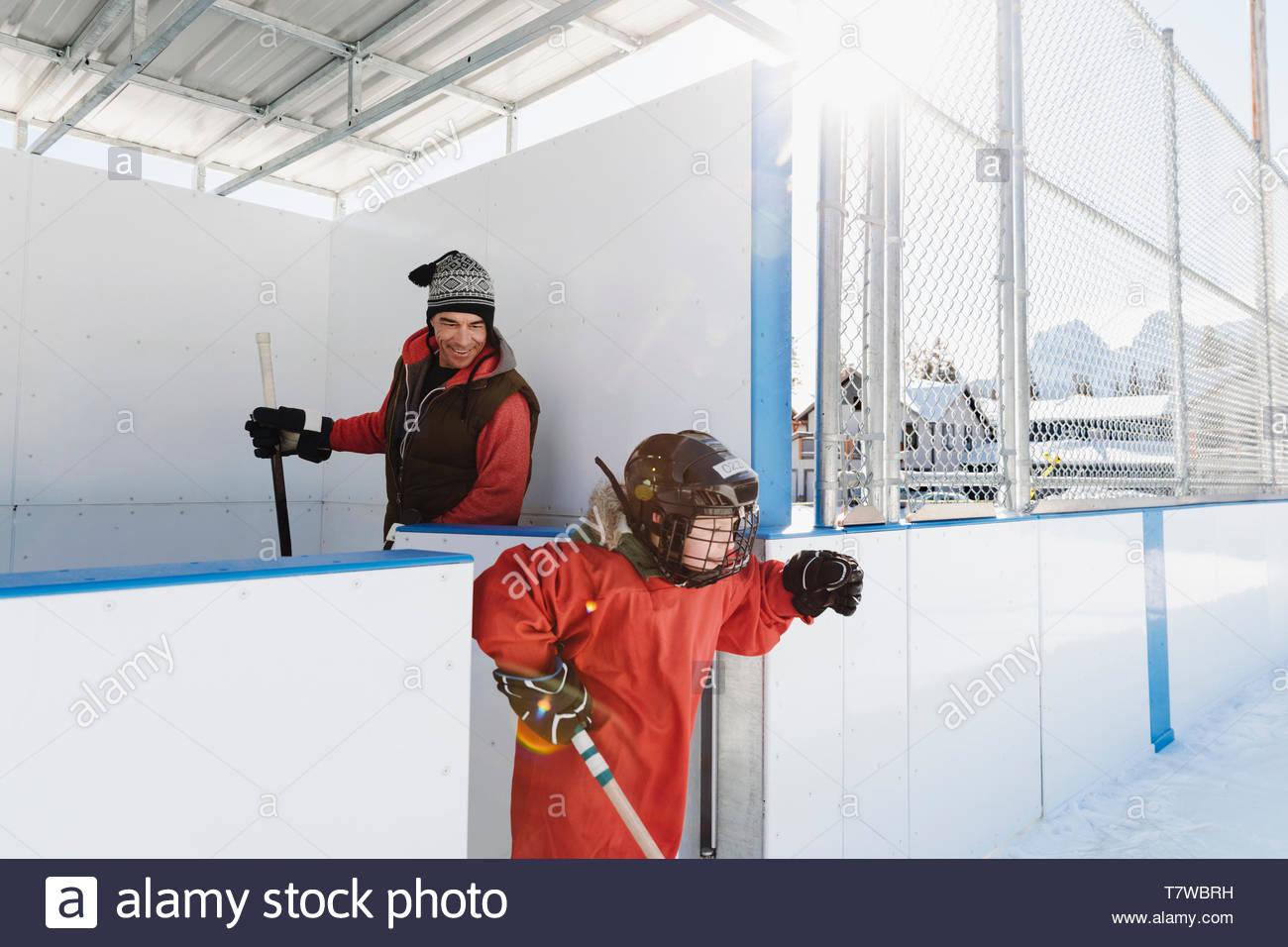 Père et fils jouer au hockey sur glace Photo Stock