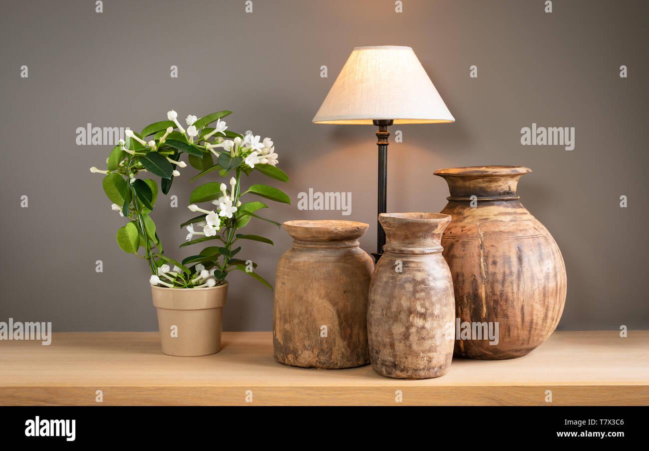 Salon de décoration vie encore avec lampe, d'une plante en fleurs et de vieux bidons en bois mignon. Home intérieur concept. Banque D'Images