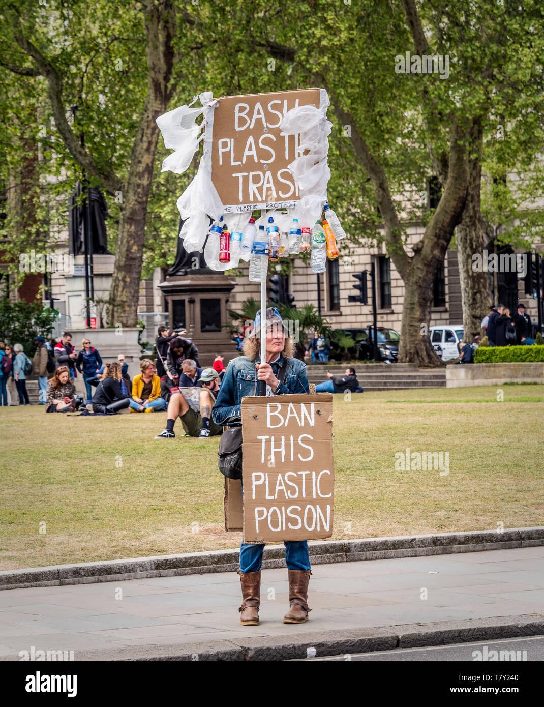 Corbeille en plastique Bash manifestant avec des pancartes à l'extérieur de Westminster, Londres, Royaume-Uni. Photo Stock