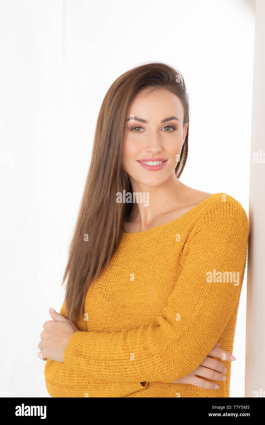 Portrait of young woman wearing sweater Banque D'Images