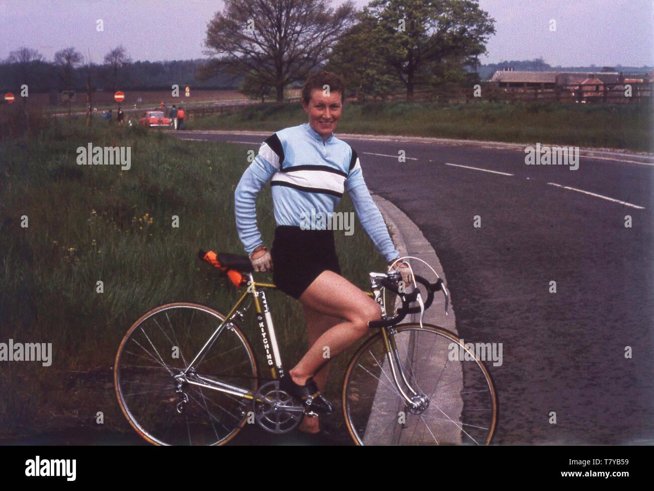 Années 1960, historique, la légende du vélo, Beryl Burton dans son Morley CC couleurs sur son vélo, England, UK. Considéré par beaucoup comme le plus grand cycliste féminin Grande-bretagne jamais eu, elle est restée une cycist amateur toute sa vie. Banque D'Images