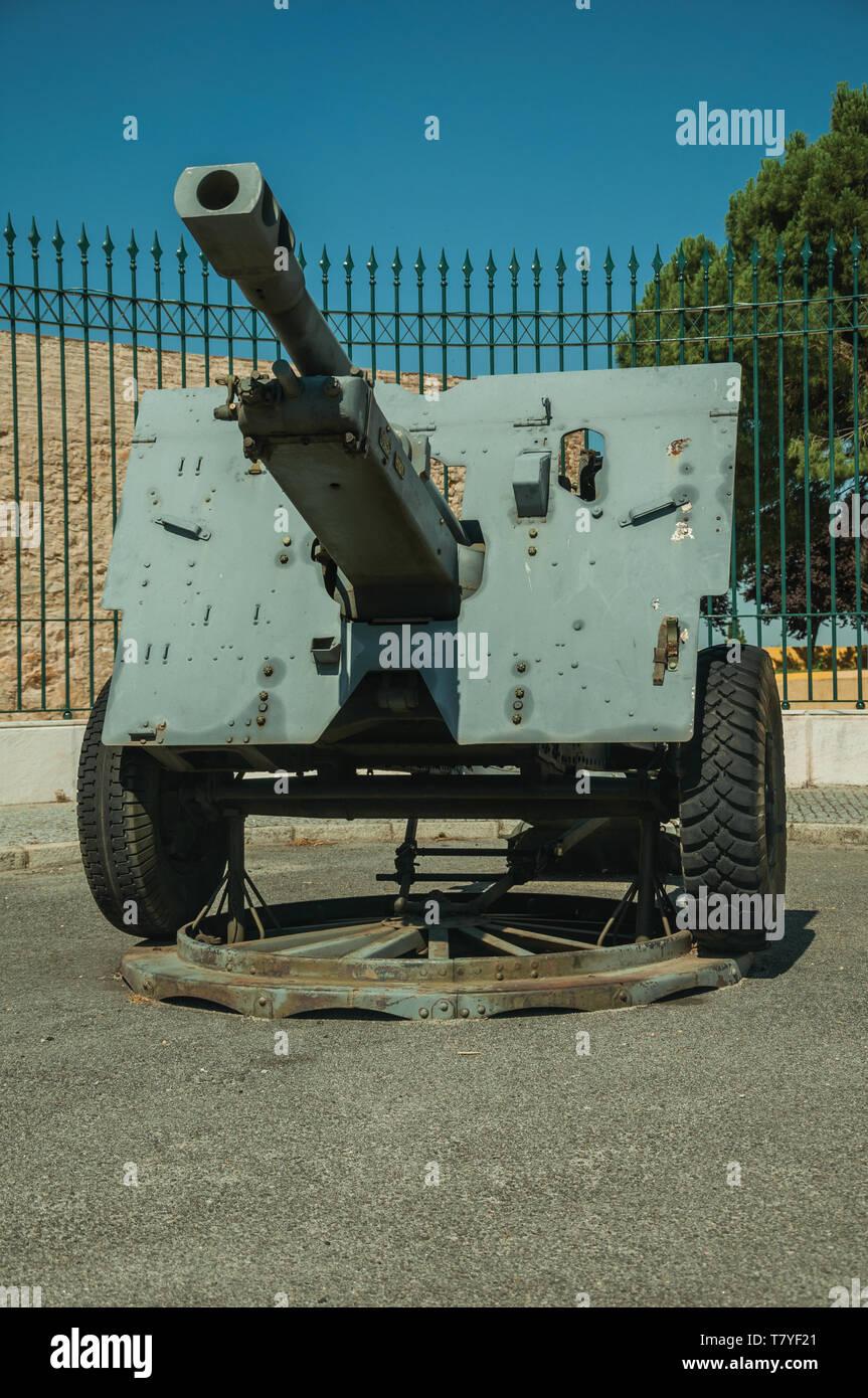 Pièce d'artillerie désuètes en face de clôture de fer au Musée militaire de Elvas. Une charmante ville sur la frontière de l'est du Portugal. Photo Stock
