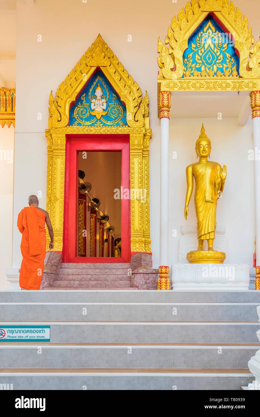 Un moine du temple (Wat Mongkol Nimit) dans la vieille ville de Phuket, Phuket, Thaïlande, Asie du Sud, Asie Banque D'Images