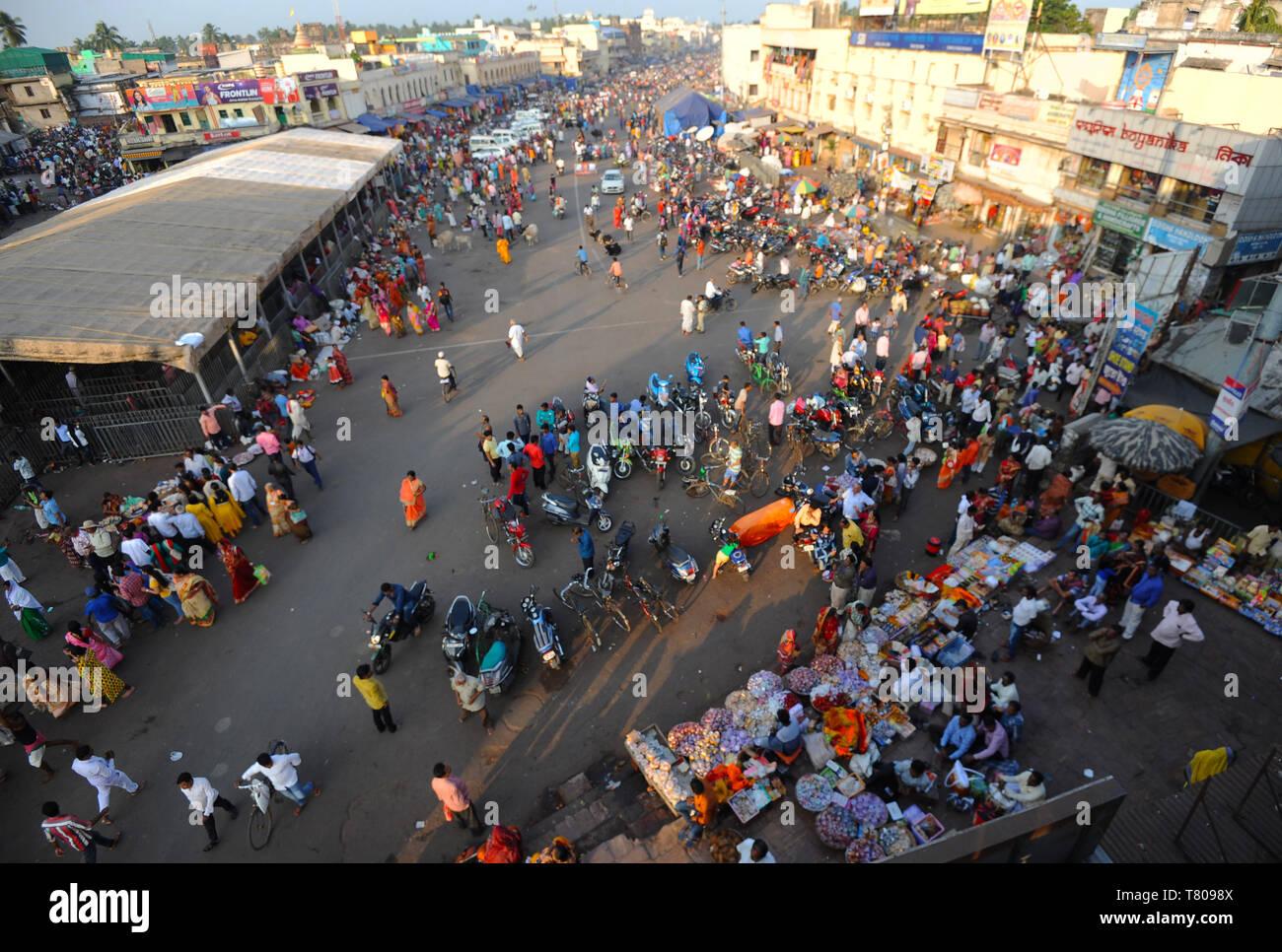 Le centre-ville de Puri montrant la rue principale et près de marché le Jagannath Temple de seigneur Vishnu, Puri, Odisha, Inde, Asie Banque D'Images