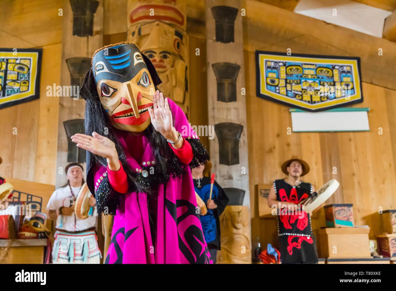 Les danseurs en danse traditionnelle Haïda regalia, Old Masset, Haida Gwaii, en Colombie-Britannique, au Canada, en Amérique du Nord Banque D'Images