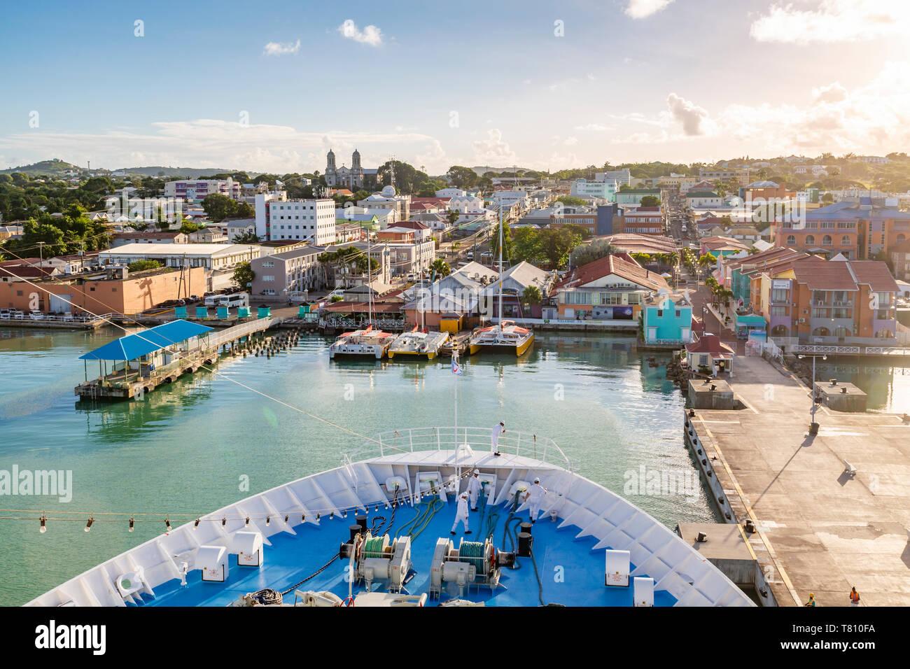 Croisière à bord du navire entrée dans le Heritage Quay, St John's, Antigua, Antilles, Caraïbes, Amérique Centrale Banque D'Images