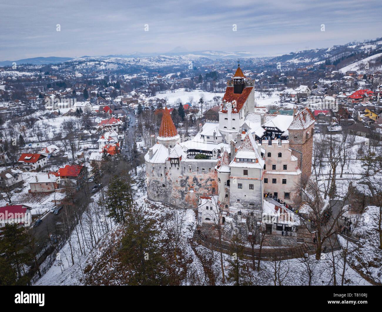 Le Château de Bran recouverts de neige en hiver, Transylvanie, Roumanie, Europe Banque D'Images