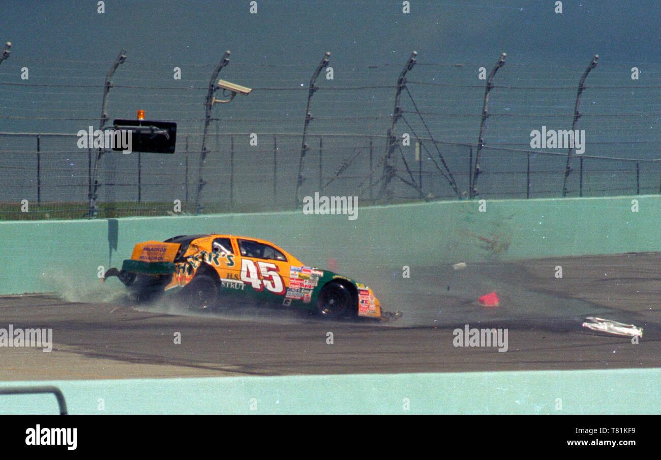 Mike Laughlin épaves en tour 1 tour de 1 dans la course à l'hooligan Penzoil Homestead-Miami Speedway le 2 novembre 1996. Comme on l'a vu sa voiture appuyée au mur et l'éclatement des cellules de carburant. Photo Stock