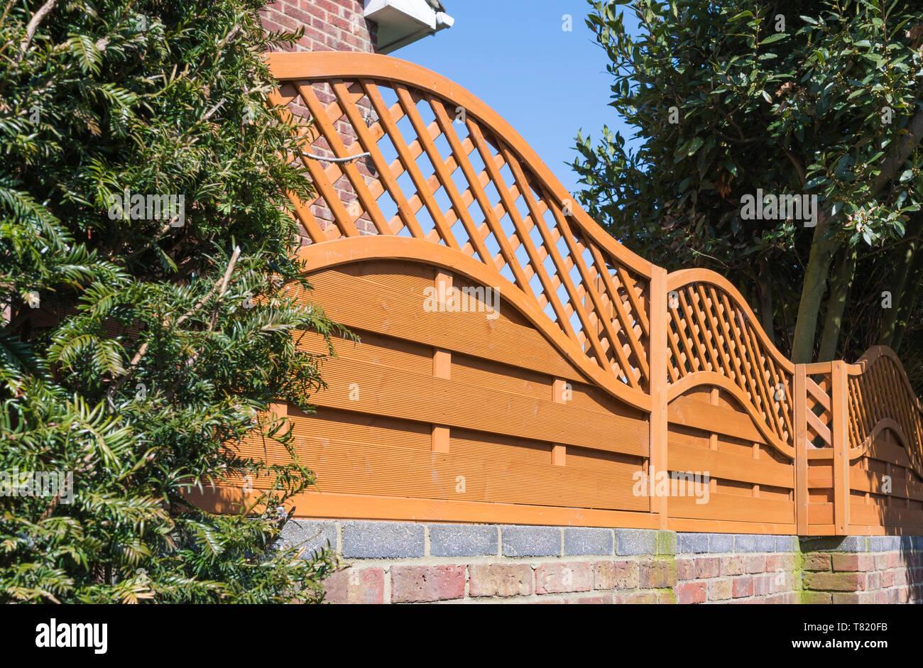 Clôtures en bois décoratif avec treillage de diamants. Photo Stock