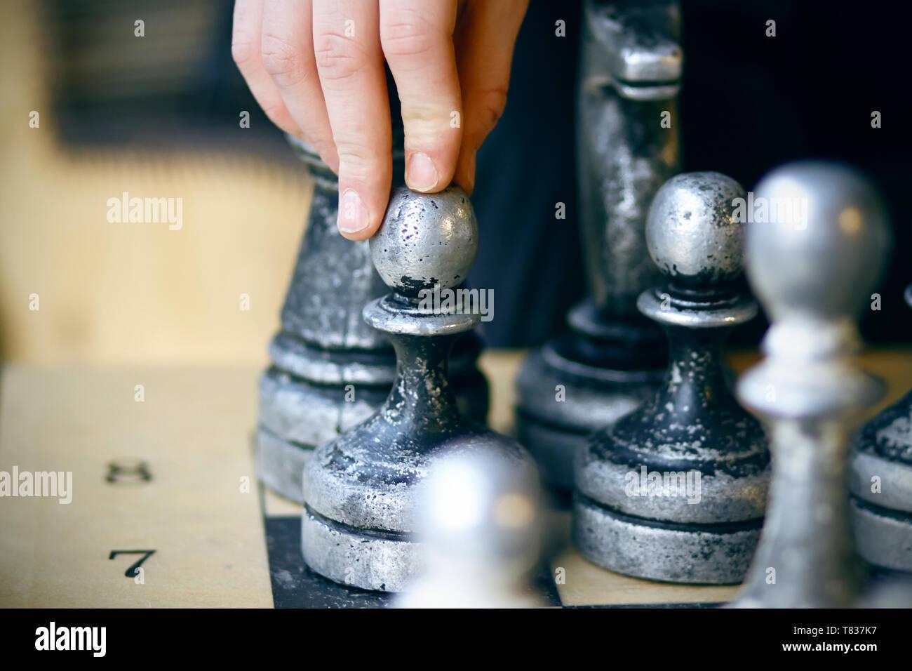 Sur la carte il y a des vieux grand shabby pièces des échecs et le joueur prend une décision difficile Banque D'Images