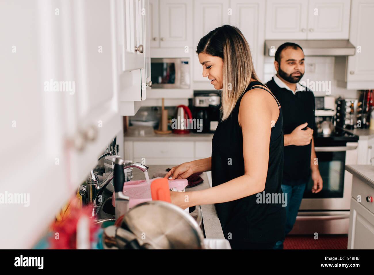 Couple dans la cuisine lave-vaisselle Photo Stock