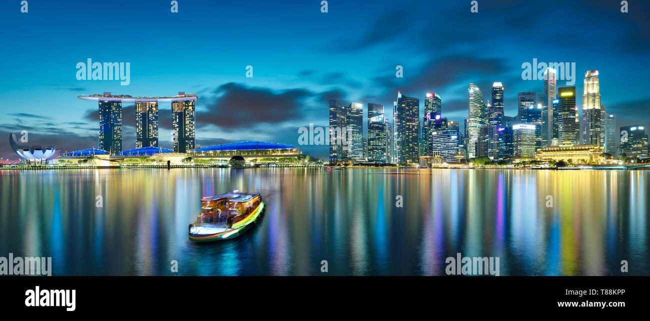 Vue panoramique de la ville de Singapour skyline, scène de nuit . Banque D'Images