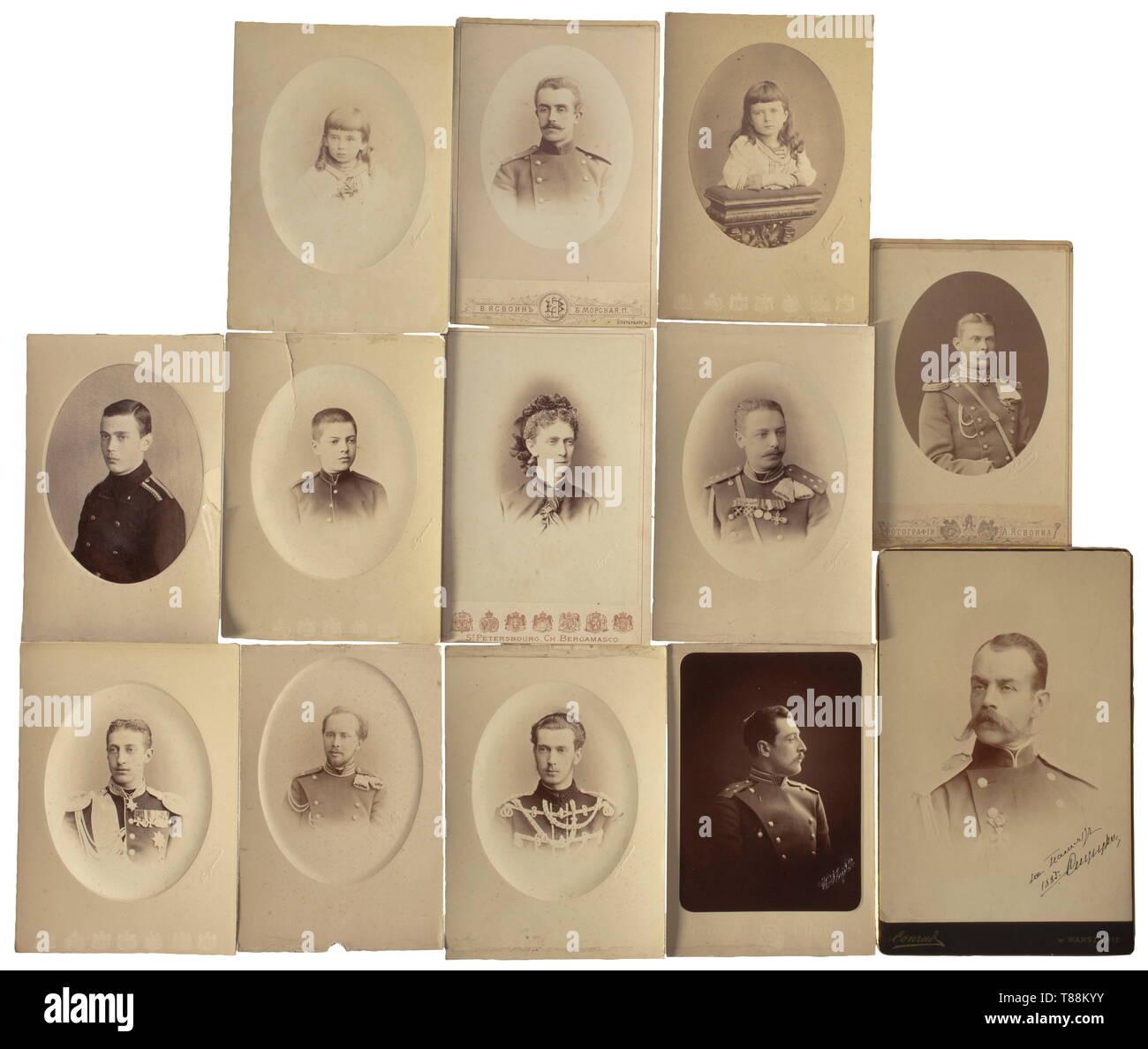 Cadeau de 13 photos de la famille impériale russe et de leurs connaissances, entre 1880 - 1910 Photo de Grand-duc Nikolaï Nikolaïevitch le jeune, en relief sur la partie inférieure gauche avec le nom du photographe 'Bergamasco'. Photo du Grand-duc Konstantin Konstantinovitch, gravé sur la partie inférieure gauche avec le nom du photographe 'Bergamasco'. Photo du Grand-duc Alexeï Mikhaïlovitch (?), en relief sur la partie inférieure gauche avec le nom du photographe 'Bergamasco', dog ear au top. Également dix autres photos de grands ducs, princes et barons. Des signes de vieillissement. Par Additional-Rights Clearance-Info,--Not-Available Photo Stock