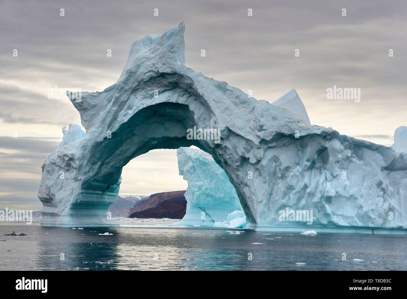 Le Groenland, côte nord-ouest, vers le fjord d'Inglefield Qaanaaq, iceberg, formant une arche Banque D'Images