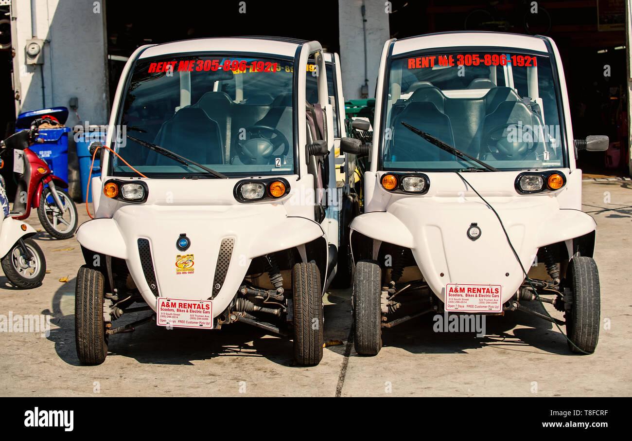 Key West, États-Unis d'Amérique au 26 décembre. 2015: Deux voitures électriques sur fond de garage dans la région de Key West, États-Unis d'Amérique. Les charrettes blanc ou d'automobiles aux beaux jours. Des vacances et les voyages. Concept de vie actif. Location de voiture Photo Stock