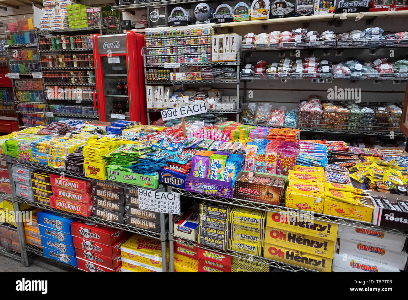 Une grande variété de bonbons y compris marques nostalgique à la vente de bonbon sur Rivington Street dans le lower east side de Manhattan, New York City Photo Stock