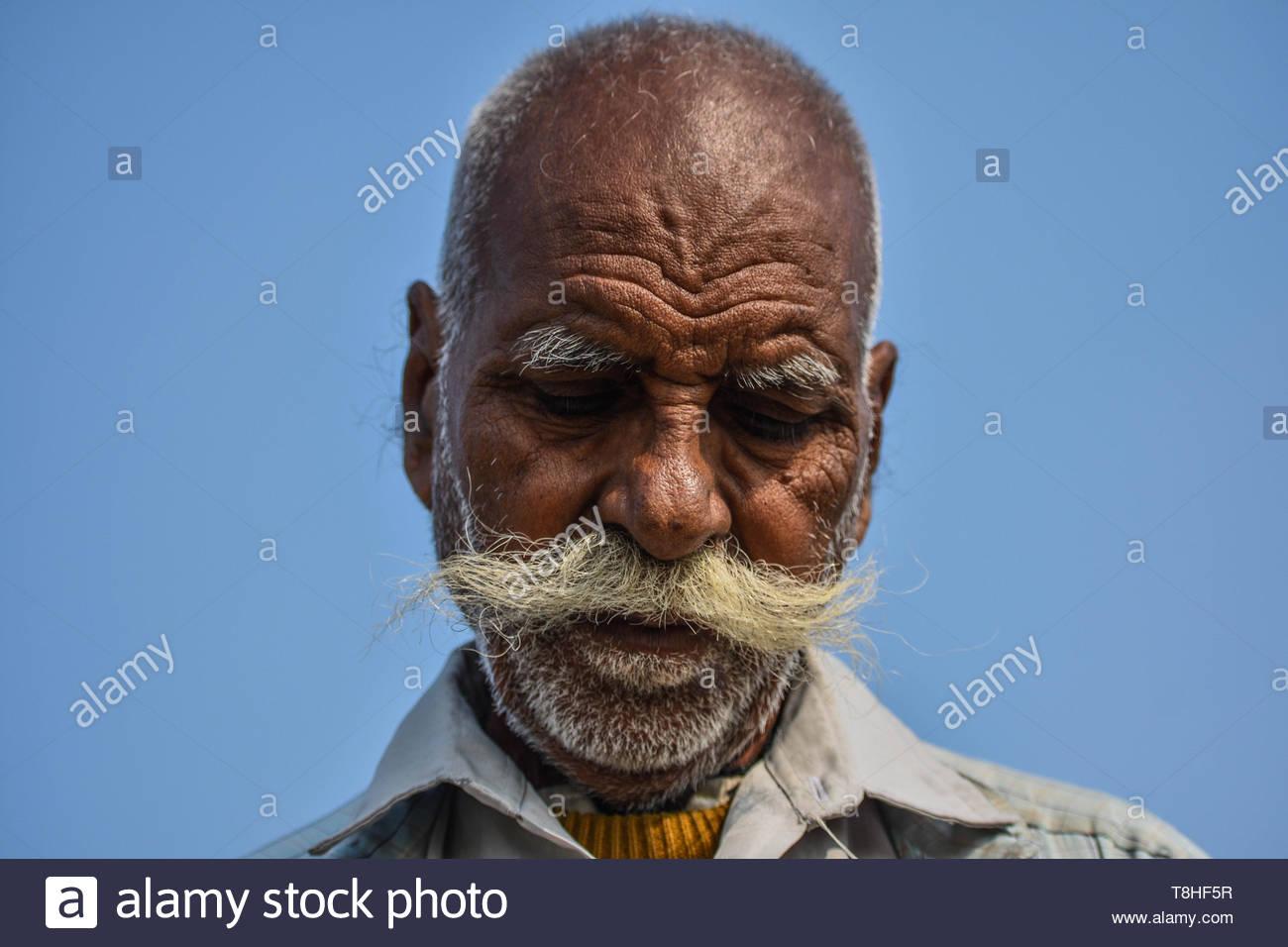 Un vieil homme avec une longue moustache. Photo Stock