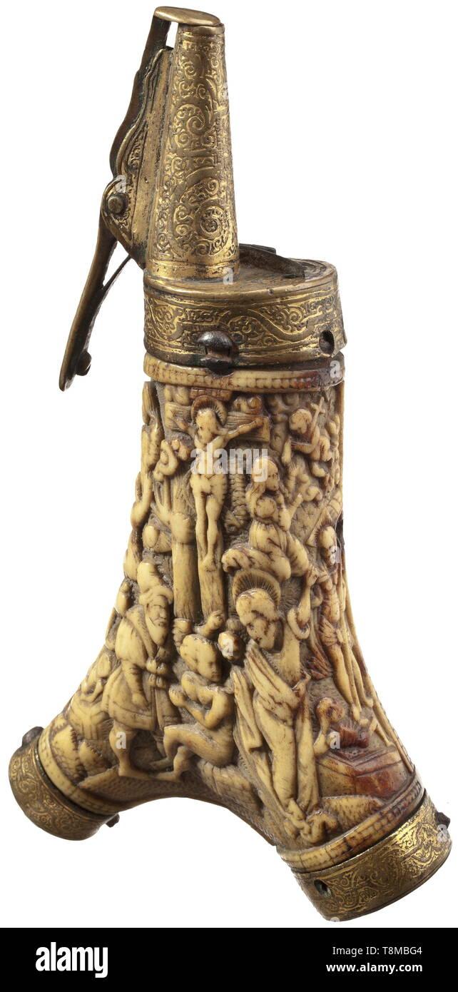 Un flacon de poudre de bois doré avec support, Augsbourg vers 1580 UN andouiller ramification gravé sur la face arrière avec l'inscription sculptée en relief somptueux de la face avant. Au centre le Christ sur la croix en vertu de sacrifice scène avec Isaac et Abraham. À gauche Moïse recevant les tables de la Loi, de l'autre côté avec le Christ ressuscité. Ornamentally de montage en laiton gravé et doré à ressort avec bec verseur. Le corps du bois et la partie supérieure de chaque avec deux trous sur les côtés, la posologie, le levier de verrouillage est manquant. Longueur 22 cm., historique, Additional-Rights Clearance-Info-hi-Not-Available Banque D'Images