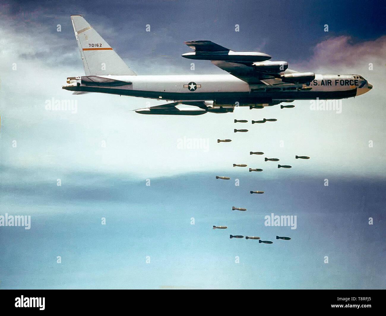 """Une armée de l'air Boeing B-52F-70-BW Stratofortress (s/n 57-0162, surnommé 'Casper the Friendly Ghost"""") de la 320th Bomb Wing tomber Mk 117 750 lb (340 kg) de bombes sur le Vietnam. Banque D'Images"""
