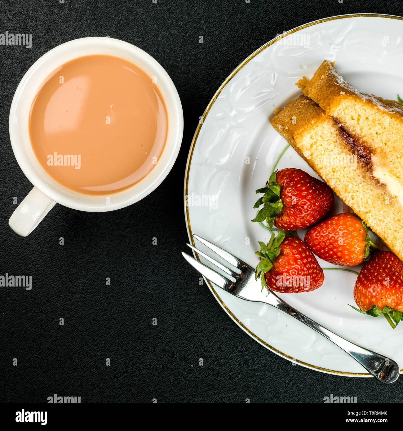 Gâteau éponge Victoria AfternoonTea et plateau Banque D'Images