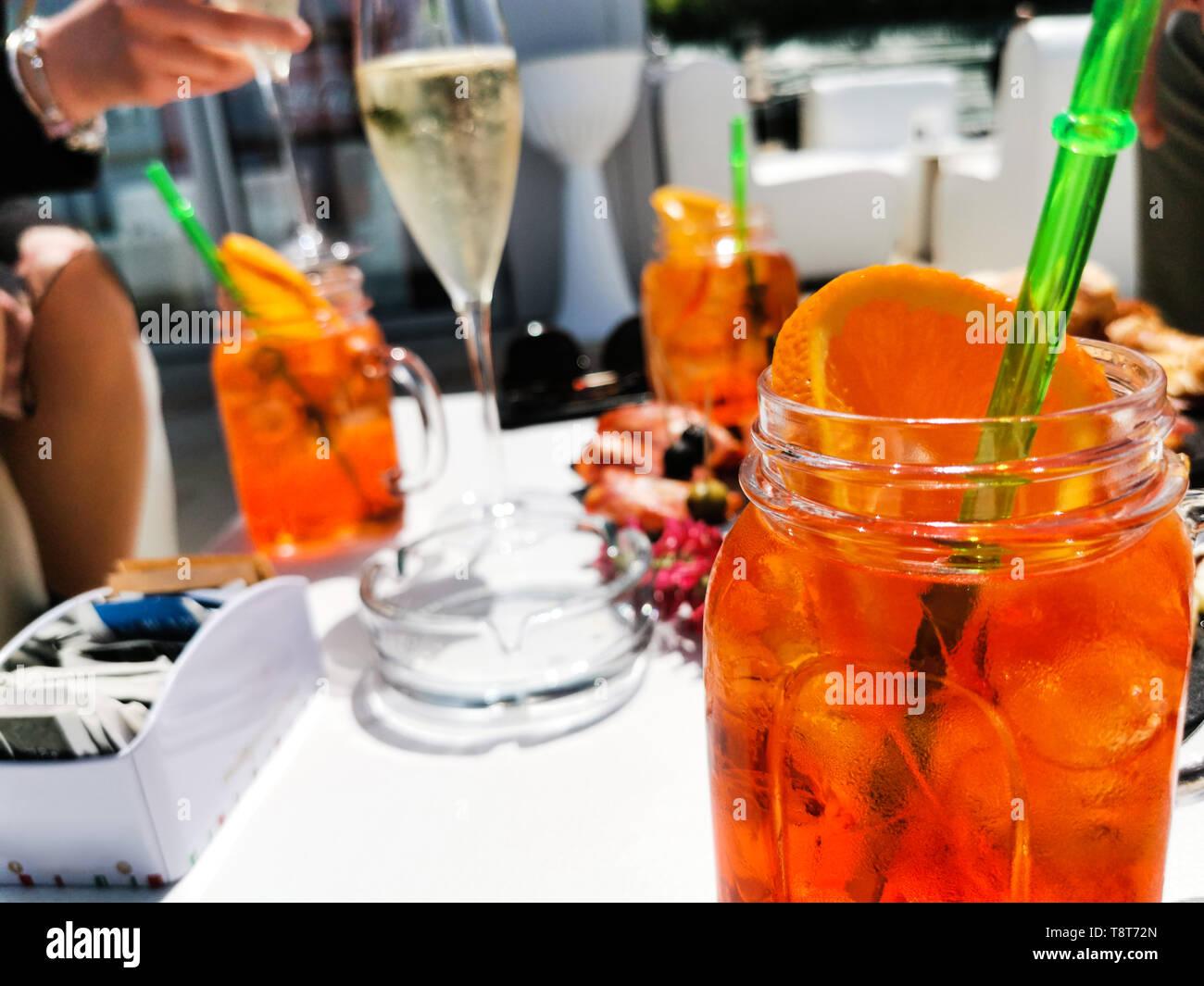 Apéritif avec vin mousseux et des cocktails au club de plage Banque D'Images