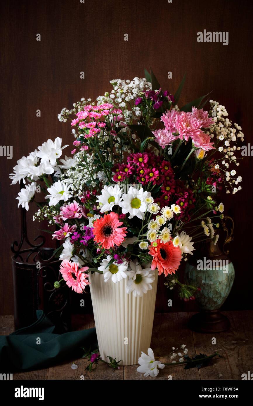 Fleurs dans un vase de style des maîtres néerlandais Banque D'Images