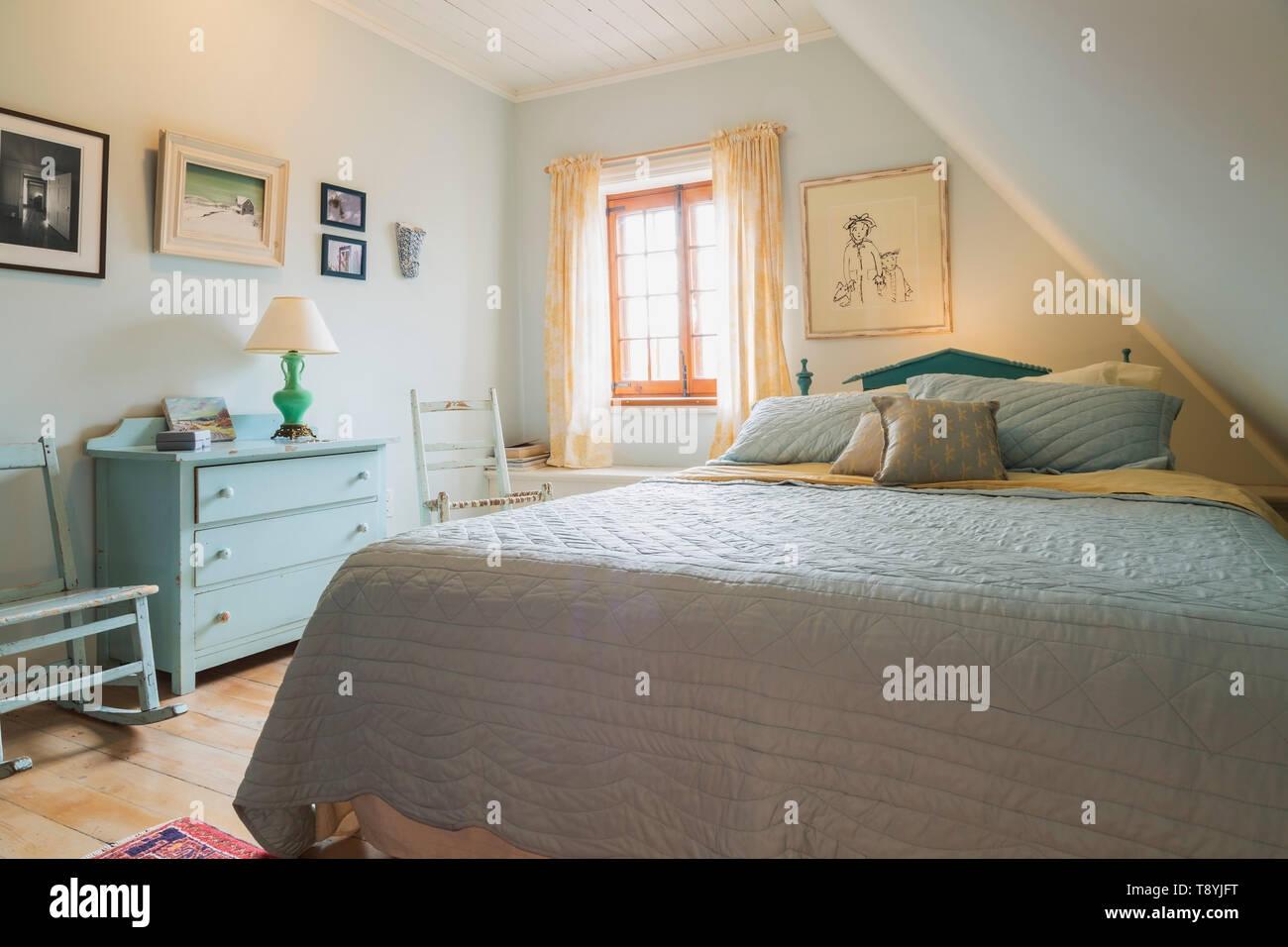 Chambre avec grand lit en bois bleu turquoise et bleu clair ...