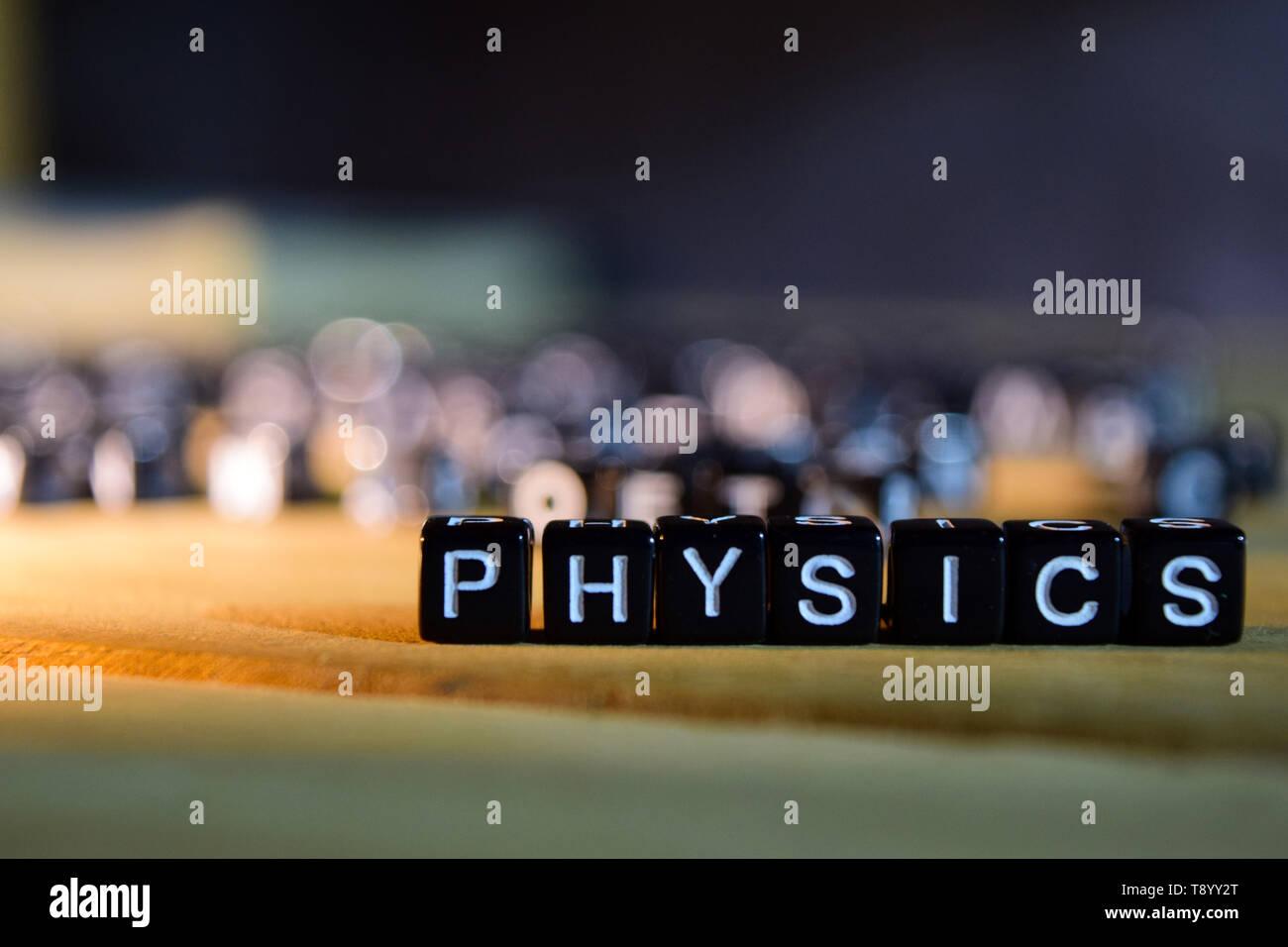 Concept de physique des blocs de bois sur la table. Avec le développement personnel, l'éducation et de motivation concept sur arrière-plan flou Banque D'Images