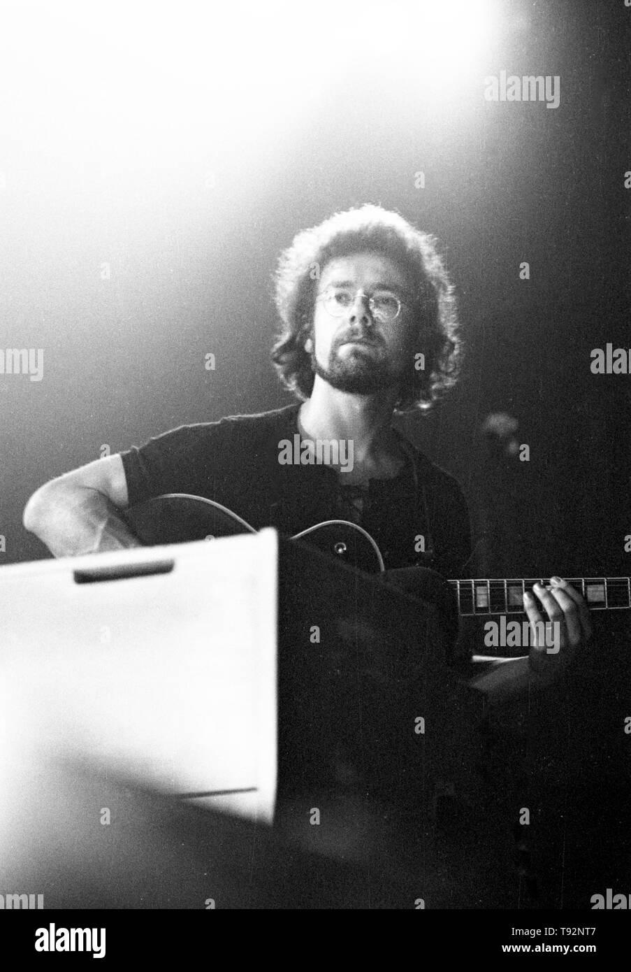 Amsterdam, Pays-Bas: Robert Fripp de King Crimson effectue sur scène au Concertgebouw d'Amsterdam, Pays-Bas le 31 mars 1973. Photo Stock