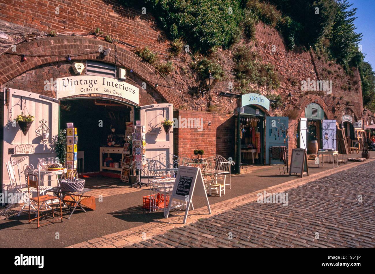 Détail d'une boutique artisanale à la caves historiques sur une après-midi ensoleillée d'automne, film dia Fujichrome (Image numérisée), Quai d'Exeter, Exeter, Devon. Photo Stock