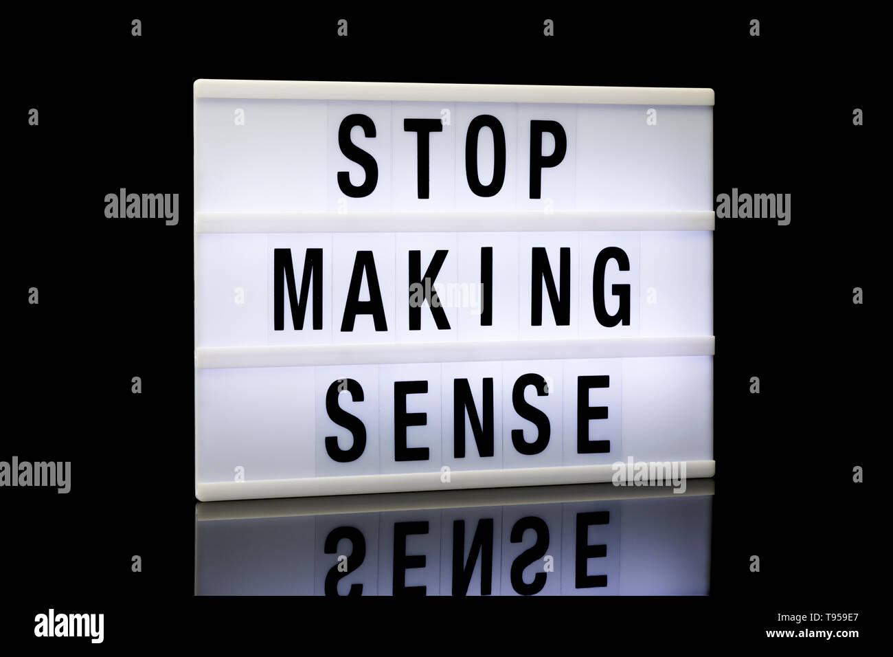 Stop Making Sense, une phrase écrite sur lightbox reflétée sur fond noir Photo Stock