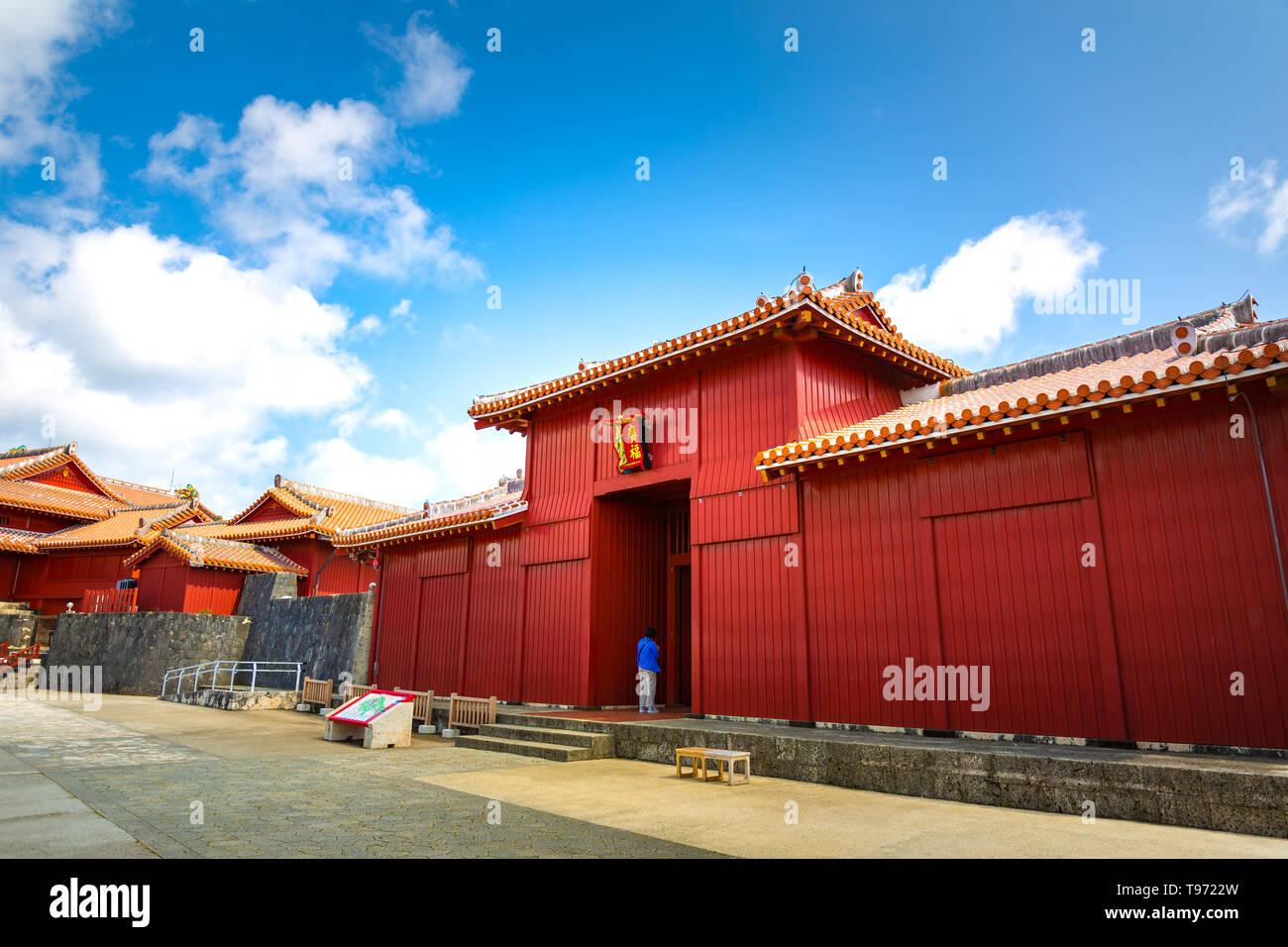 Shureimon porte dans château Shuri à Okinawa, au Japon. La tablette en bois qui orne le gate dispose de caractères chinois qui veut dire terre d'Opportunité Banque D'Images
