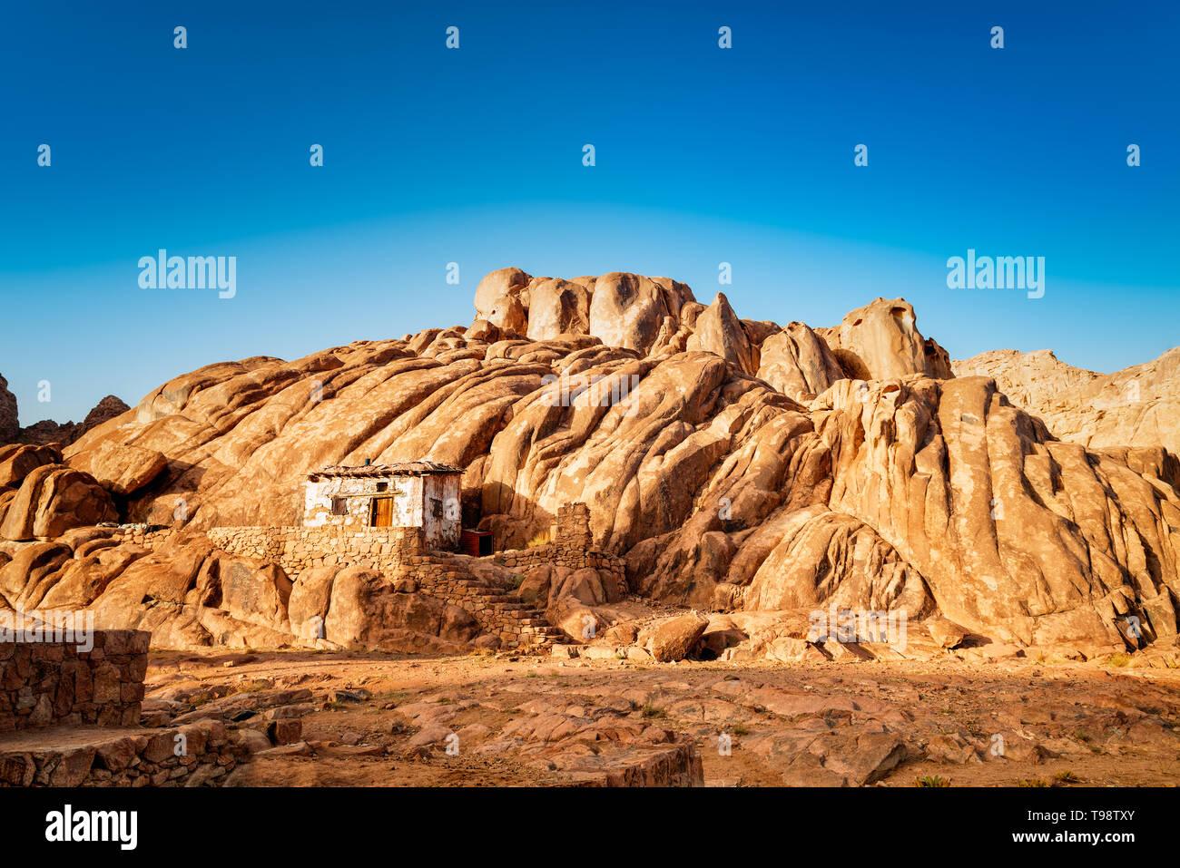 Montagnes égyptien et vieille petite hutte avec bly ciel. Holly pays d'Égypte. Banque D'Images