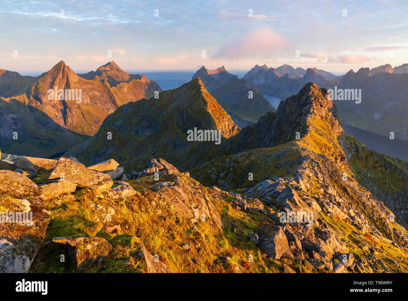 L'atmosphère du matin au Mont Munken avec vue vers l'Est, Moskenesoya, Lofoten, Norvège Banque D'Images