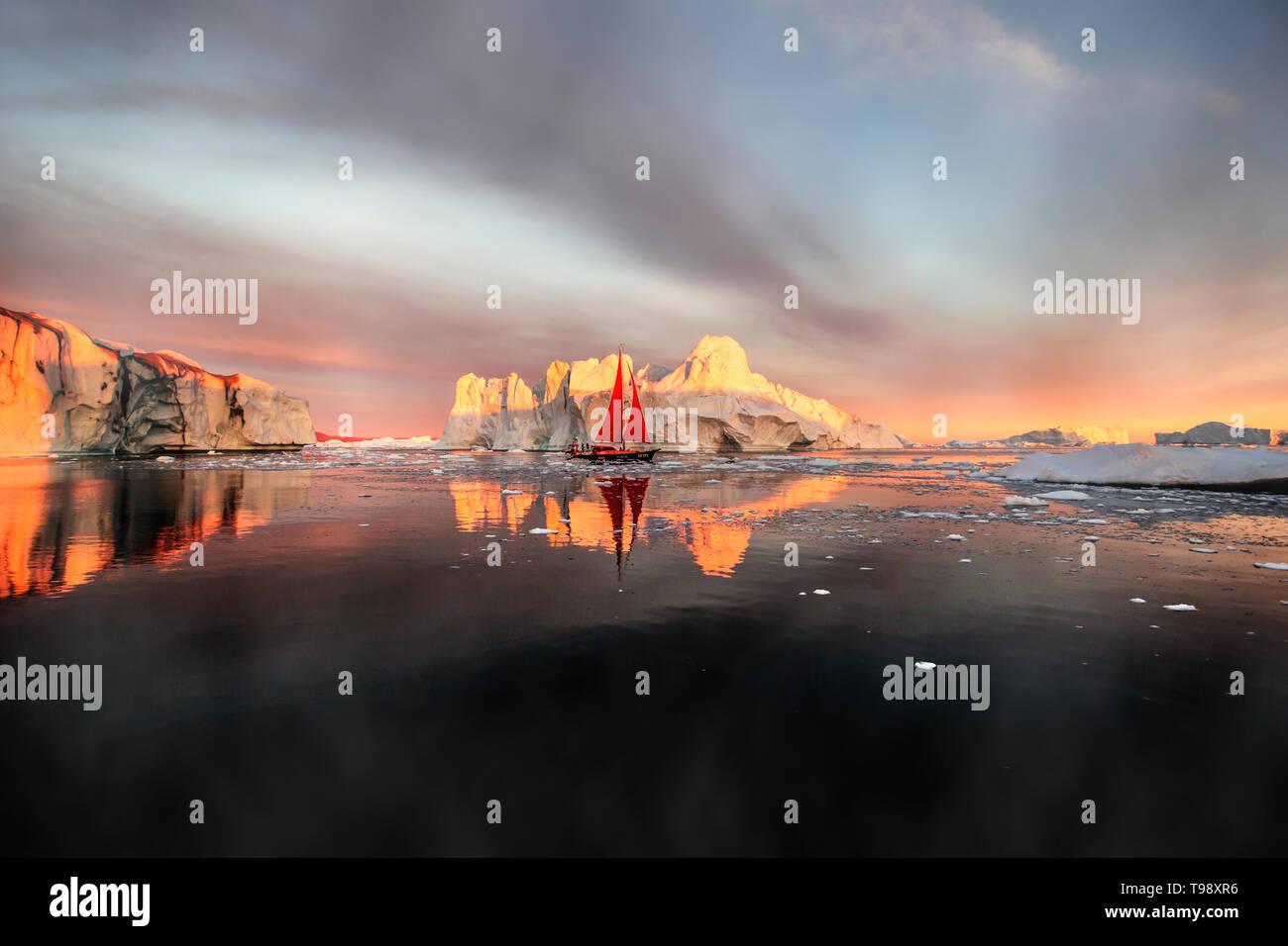 Icebergs et voilier dans la baie de Disko au Groenland, au milieu de l'été Banque D'Images