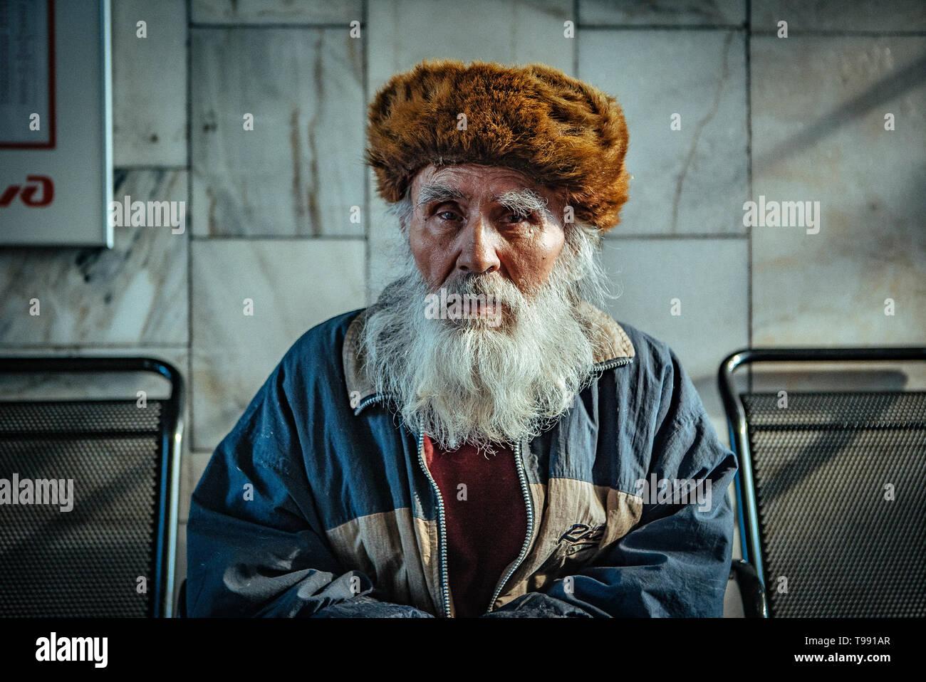 Vieil homme à barbe à la gare d'Irkoutsk, Russie Banque D'Images