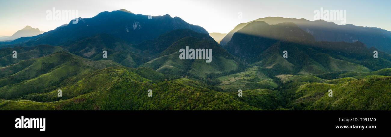 Le Mékong et les montagnes au Laos Banque D'Images
