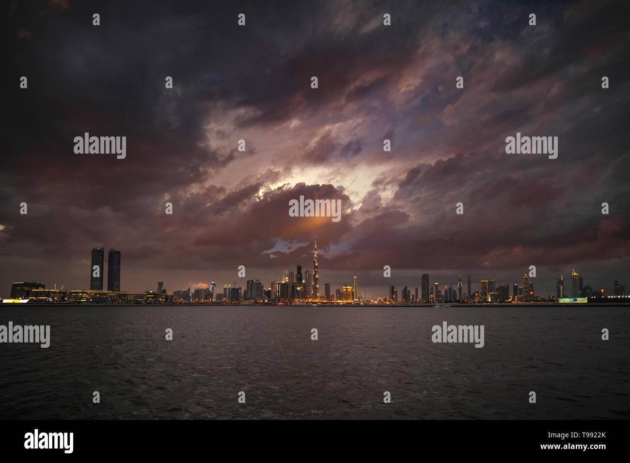 Coucher de soleil nuageux avec Dubai Skyline Banque D'Images