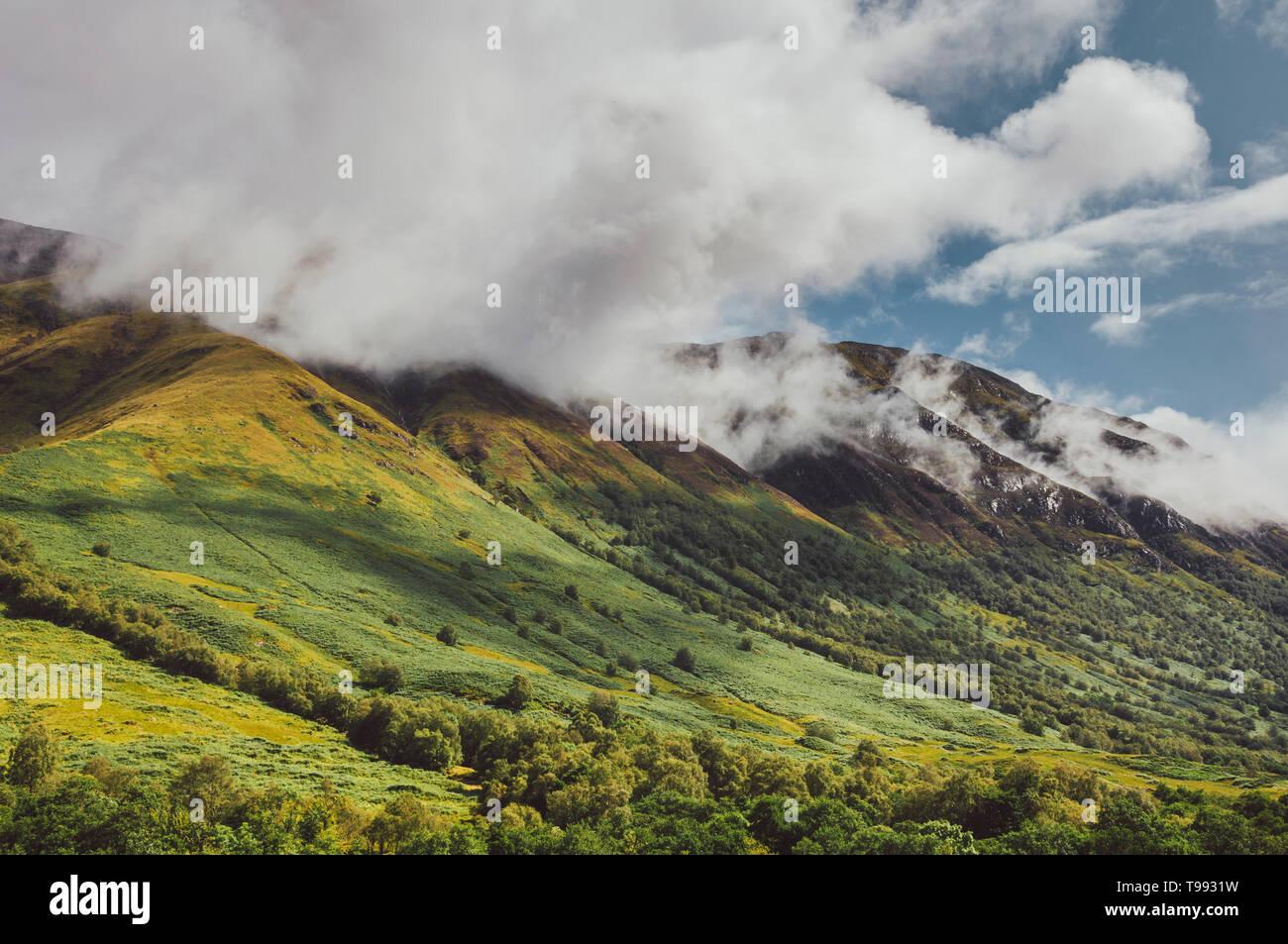 Montagnes de nuages, Glenfinnan, West Highland Line, Highlands, Scotland Banque D'Images