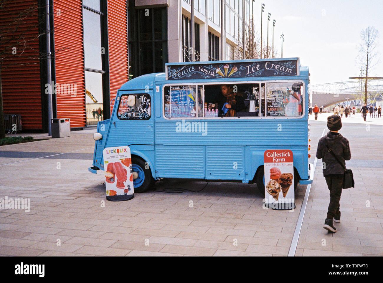 Glace rétro van à l'extérieur du centre commercial Westfield , Stratford, London, Angleterre, Royaume-Uni. Photo Stock