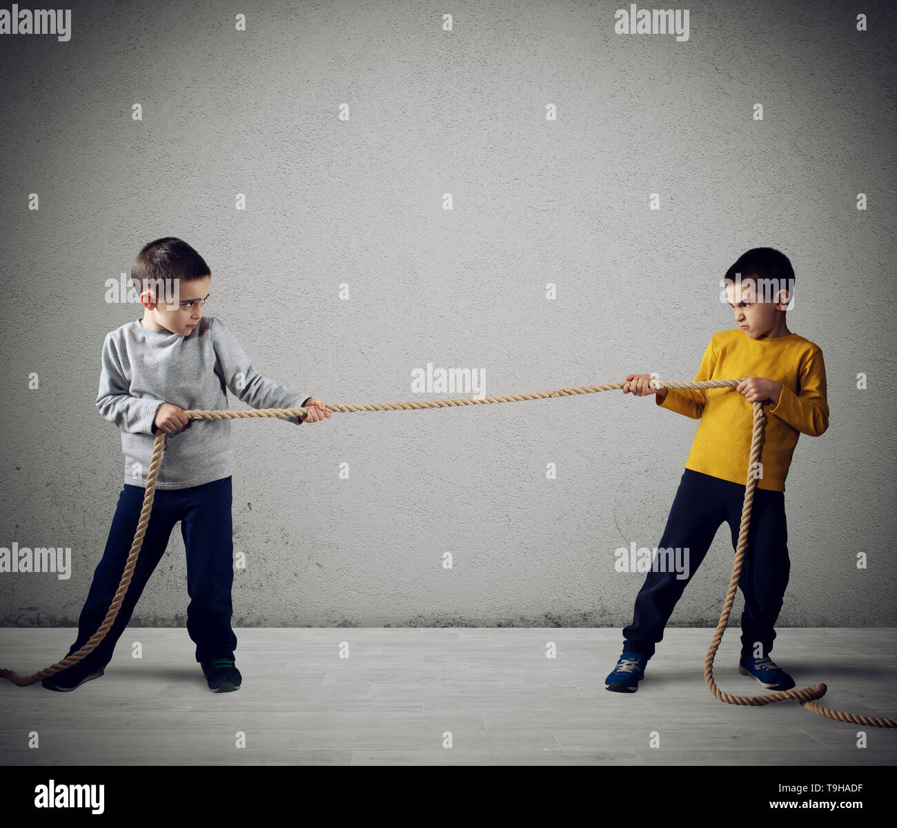 La rivalité des deux frères avec une corde Photo Stock