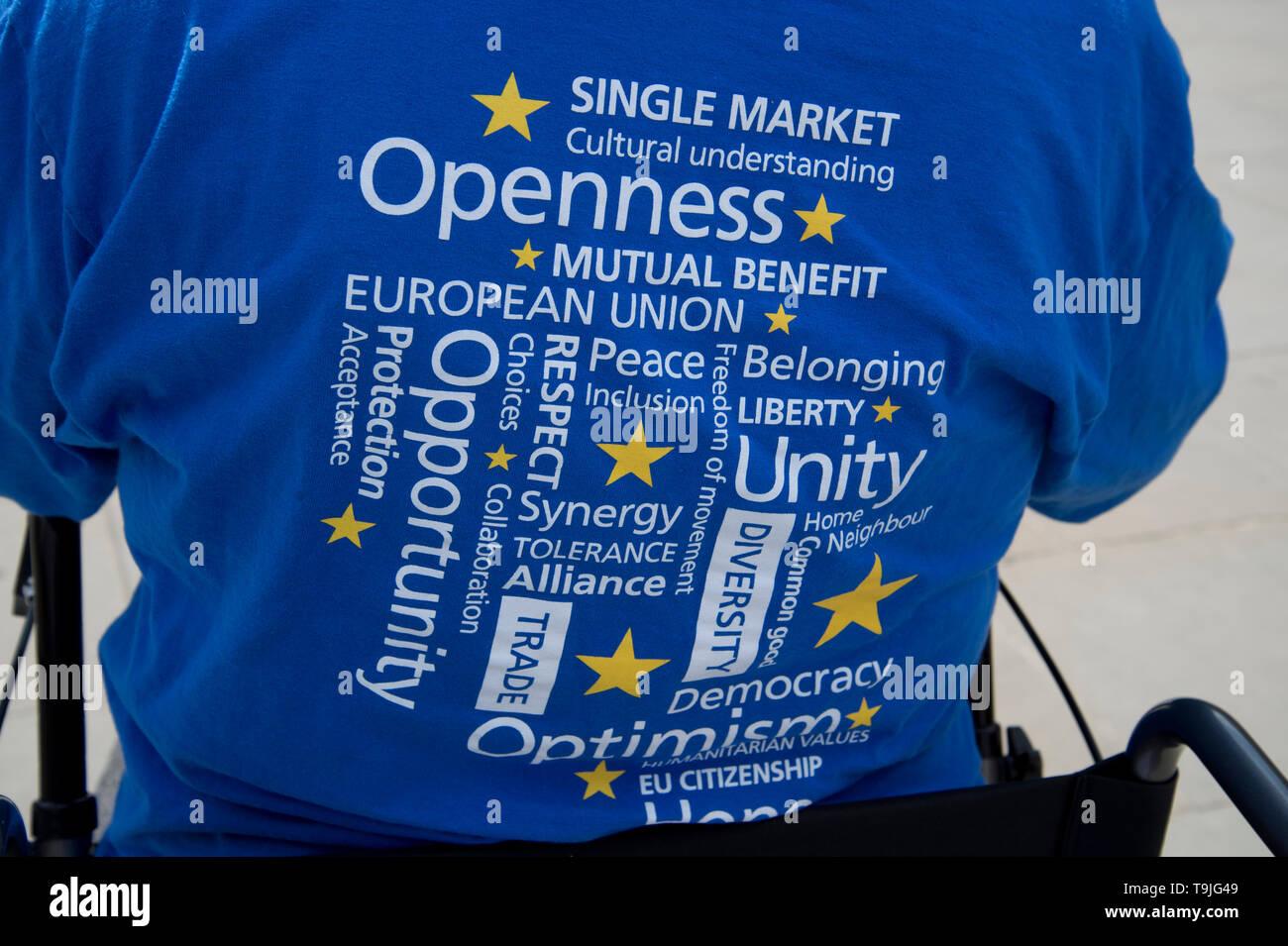 La place du Parlement, Westminster, Londres. 17 mai 2019. Un manifestant restent porte un tee-shirt bleu sur le sac qui répertorie les avantages d'être dans l'Eur Photo Stock