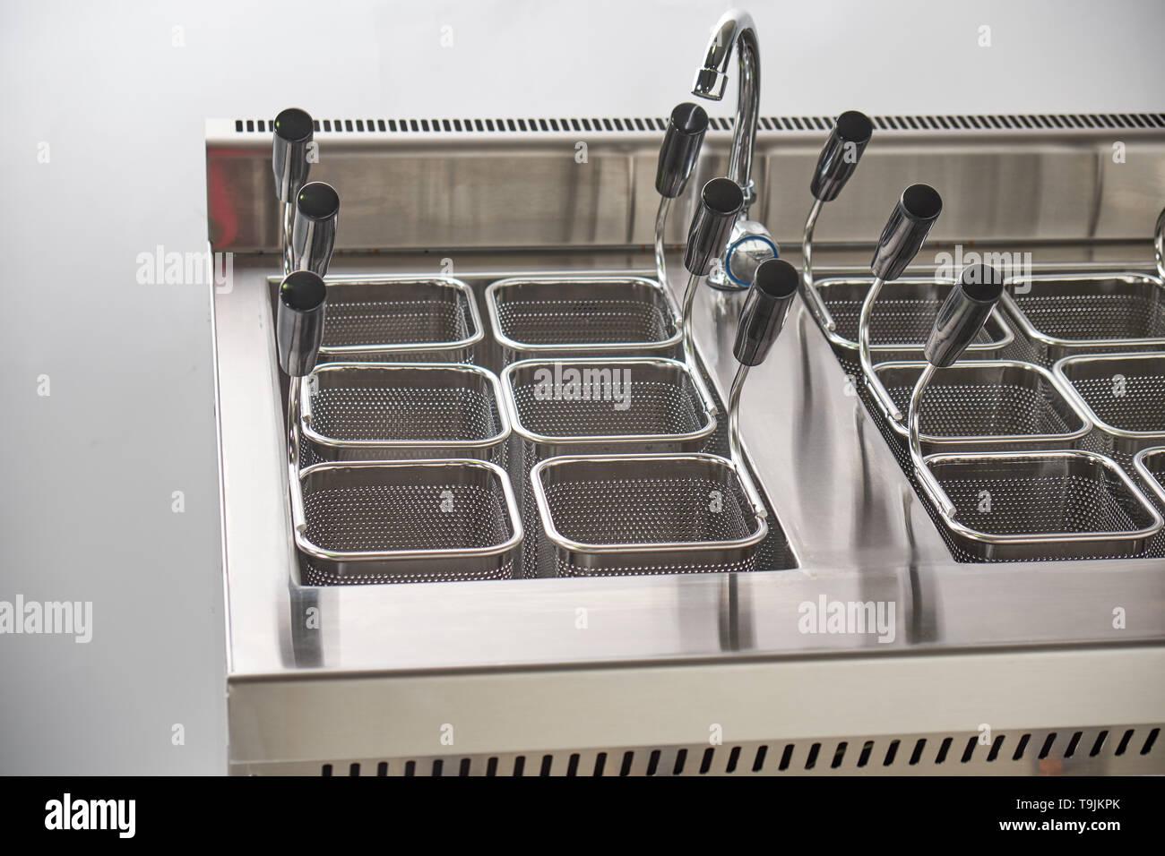 Cuisinière électrique à vapeur pour le deuxième cours. Cuisine équipement industriel. Restauration Banque D'Images