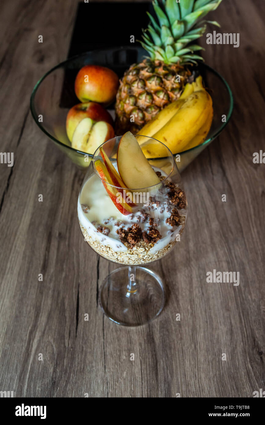 Petit-déjeuner de céréales entières végétariens. Gruau avec du yogourt, fruits frais, plat tropical, la vie à faible teneur en cholestérol Photo Stock