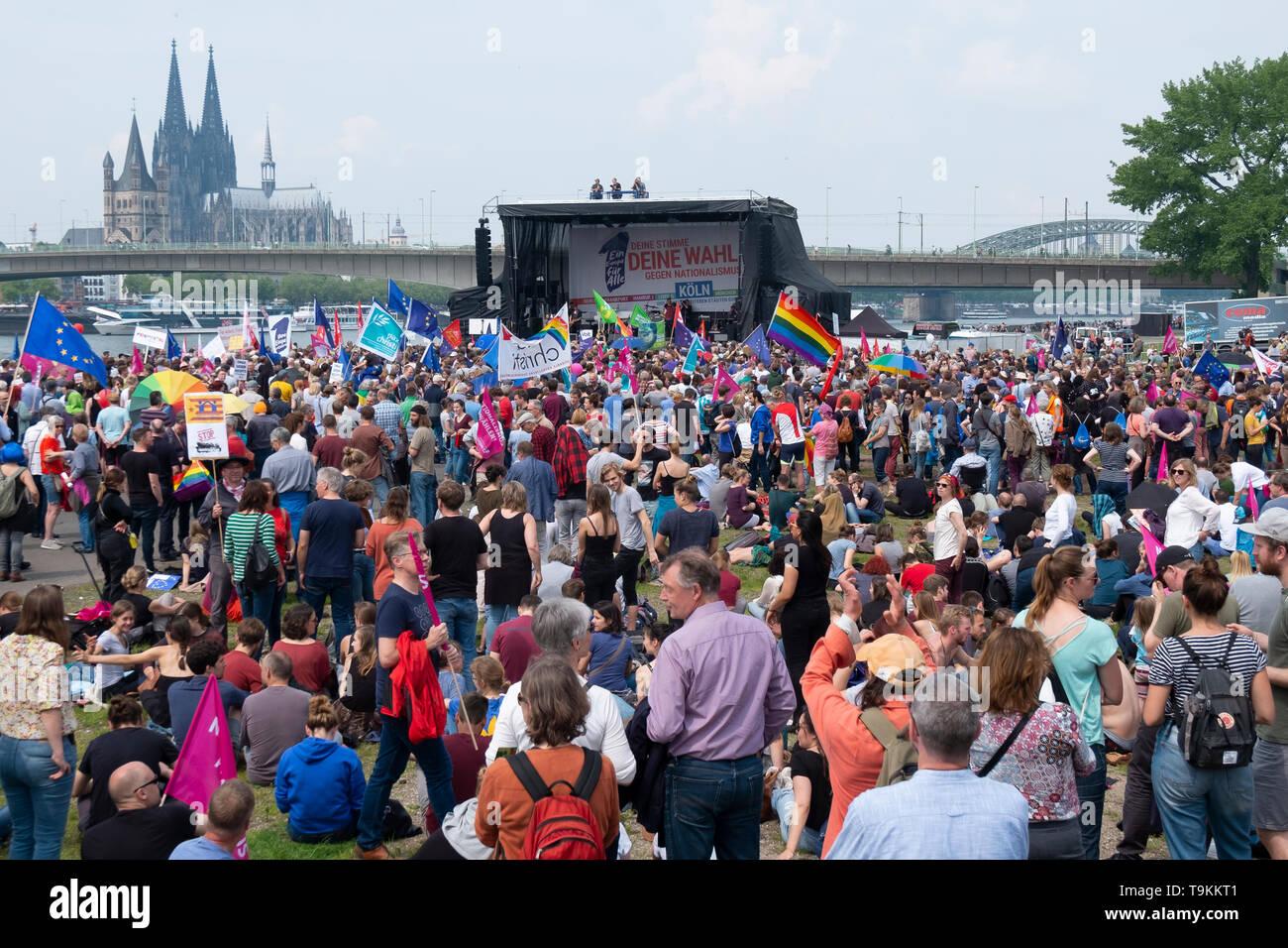 30 000 de personnes sont descendues dans la rue dimanche à Cologne pour une manifestation en faveur de l'unification européenne et contre le nationalisme Photo Stock